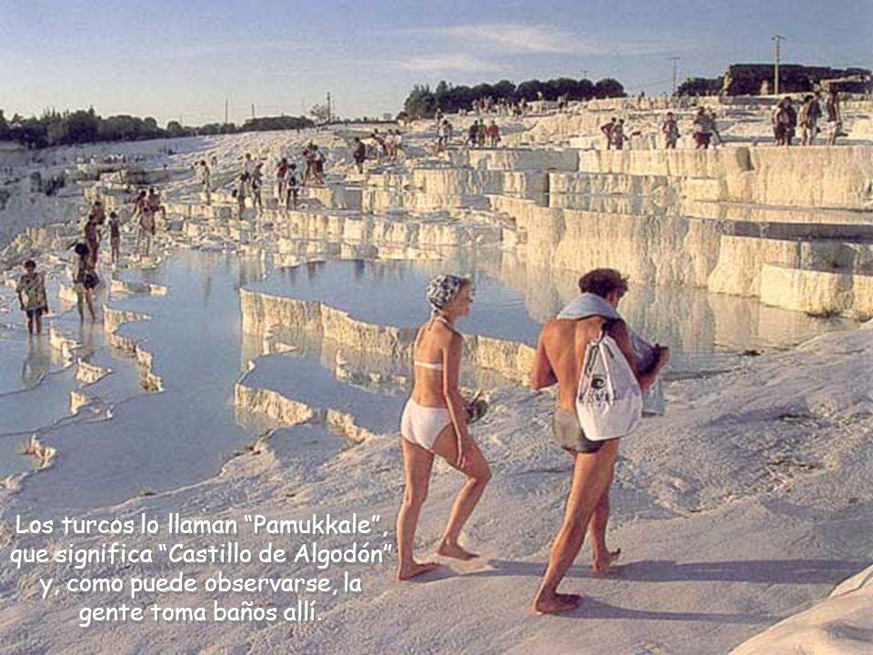 Los turcos lo llaman Pamukkale , que significa Castillo de Algodón y, como puede observarse, la gente toma baños allí.
