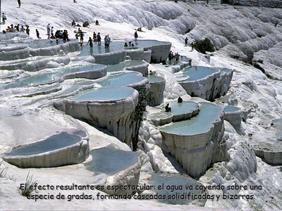 El efecto resultante es espectacular: el agua va cayendo sobre una especie de gradas, formando cascadas solidificadas y bizarras.