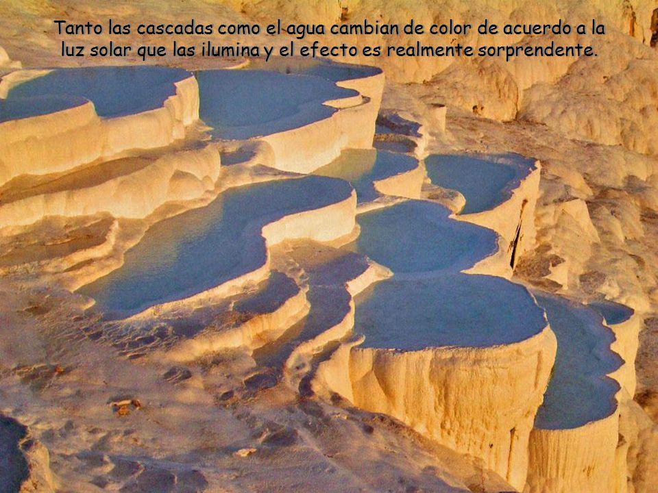 Tanto las cascadas como el agua cambian de color de acuerdo a la luz solar que las ilumina y el efecto es realmente sorprendente.