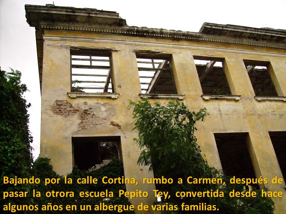 Bajando por la calle Cortina, rumbo a Carmen, después de pasar la otrora escuela Pepito Tey, convertida desde hace algunos años en un albergue de varias familias.