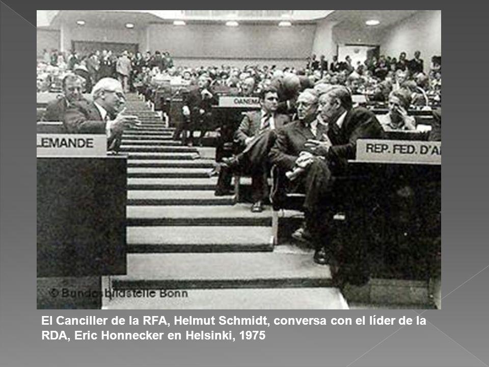 El Canciller de la RFA, Helmut Schmidt, conversa con el líder de la RDA, Eric Honnecker en Helsinki, 1975