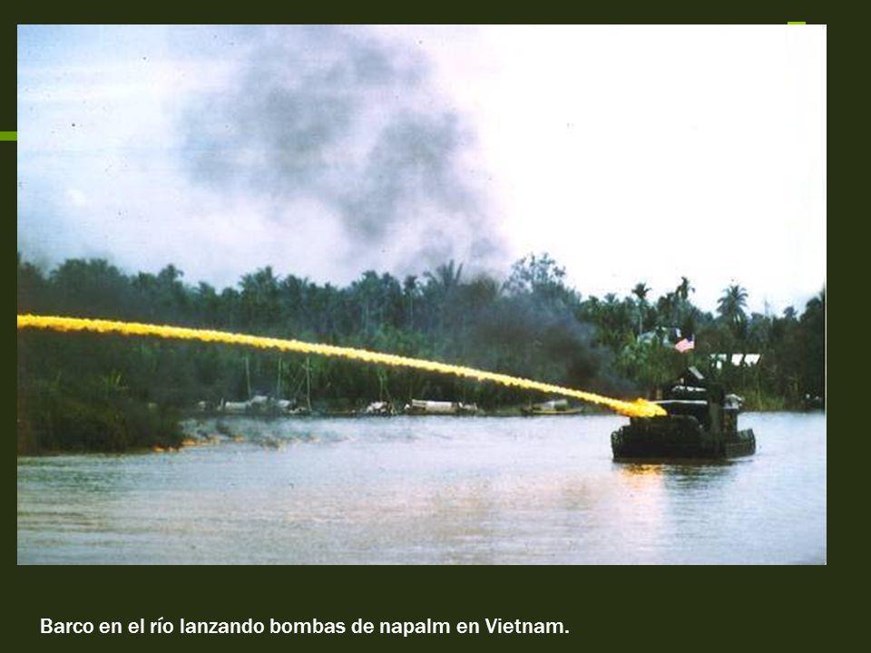 Barco en el río lanzando bombas de napalm en Vietnam.