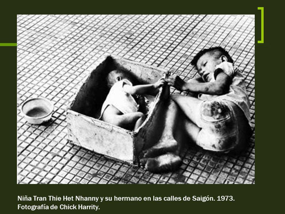 Niña Tran Thie Het Nhanny y su hermano en las calles de Saigón. 1973.