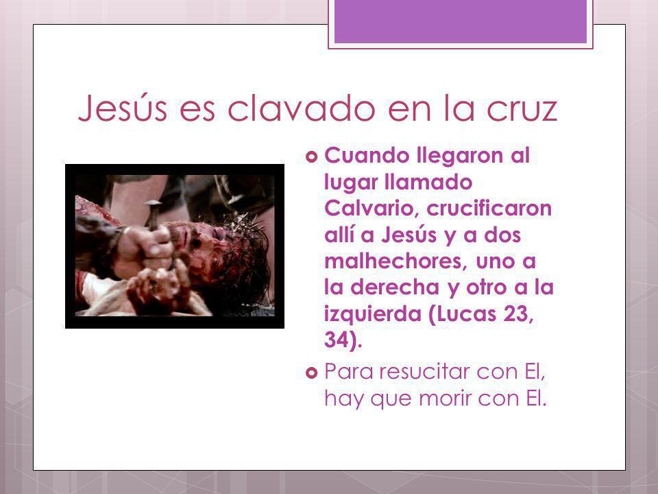 Jesús es clavado en la cruz