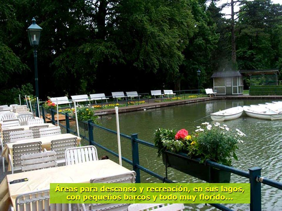 Áreas para descanso y recreación, en sus lagos, con pequeños barcos y todo muy florido...