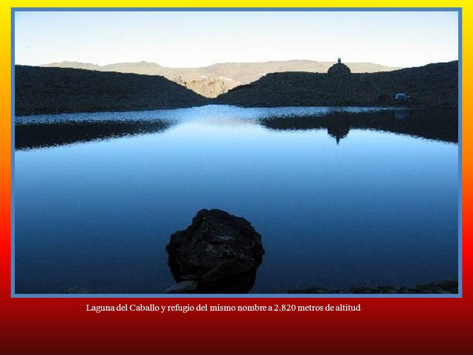 Laguna del Caballo y refugio del mismo nombre a 2