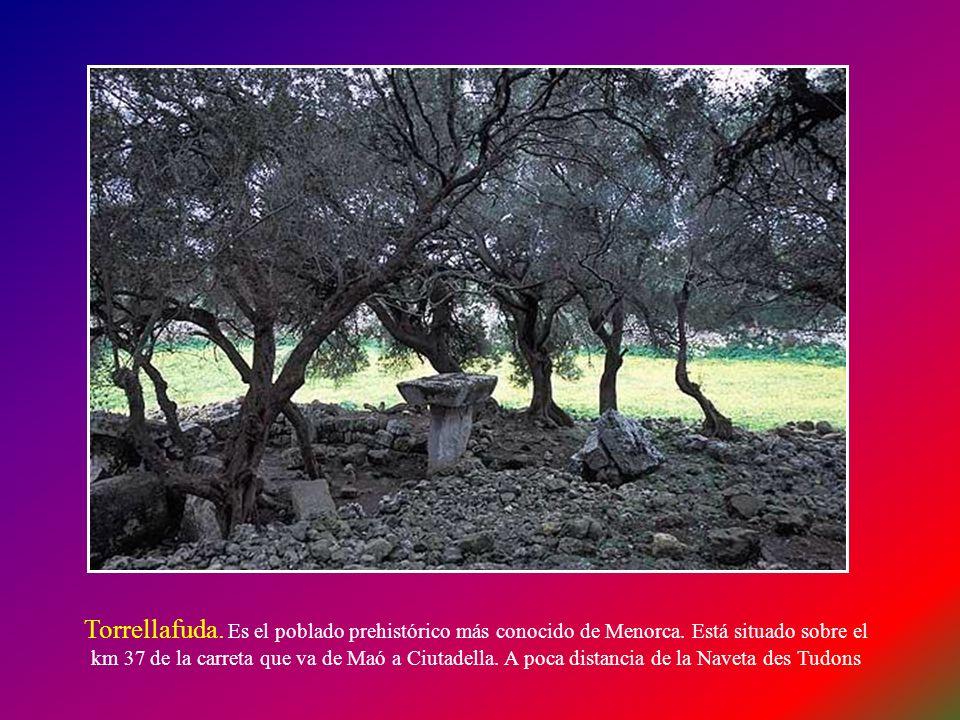 Torrellafuda. Es el poblado prehistórico más conocido de Menorca