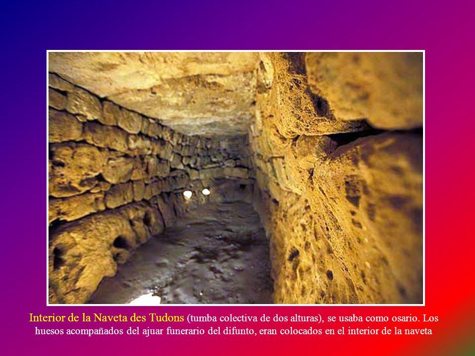 Interior de la Naveta des Tudons (tumba colectiva de dos alturas), se usaba como osario.