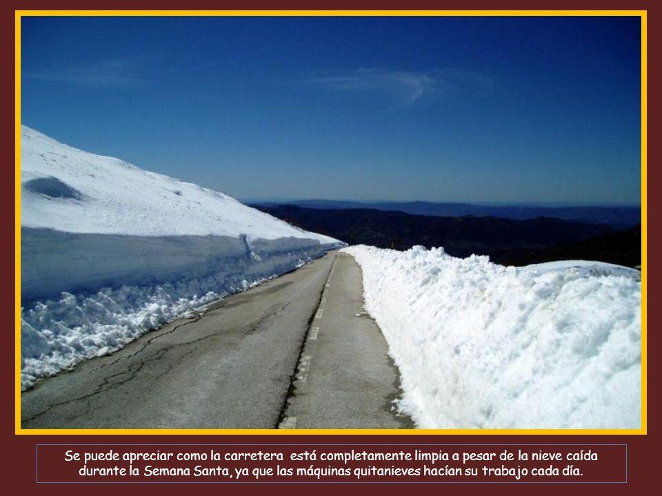Se puede apreciar como la carretera está completamente limpia a pesar de la nieve caída durante la Semana Santa, ya que las máquinas quitanieves hacían su trabajo cada día.