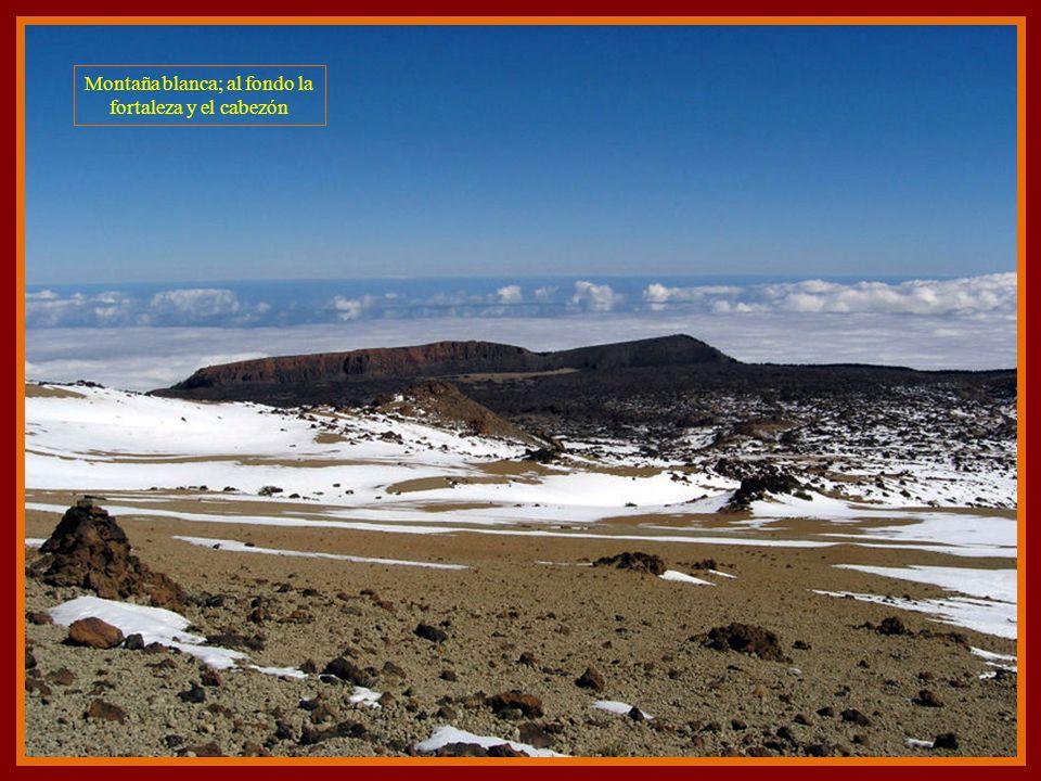 Montaña blanca; al fondo la fortaleza y el cabezón
