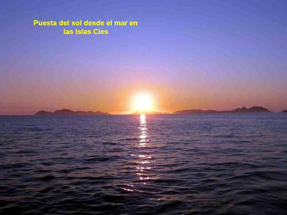 Puesta del sol desde el mar en las Islas Cíes