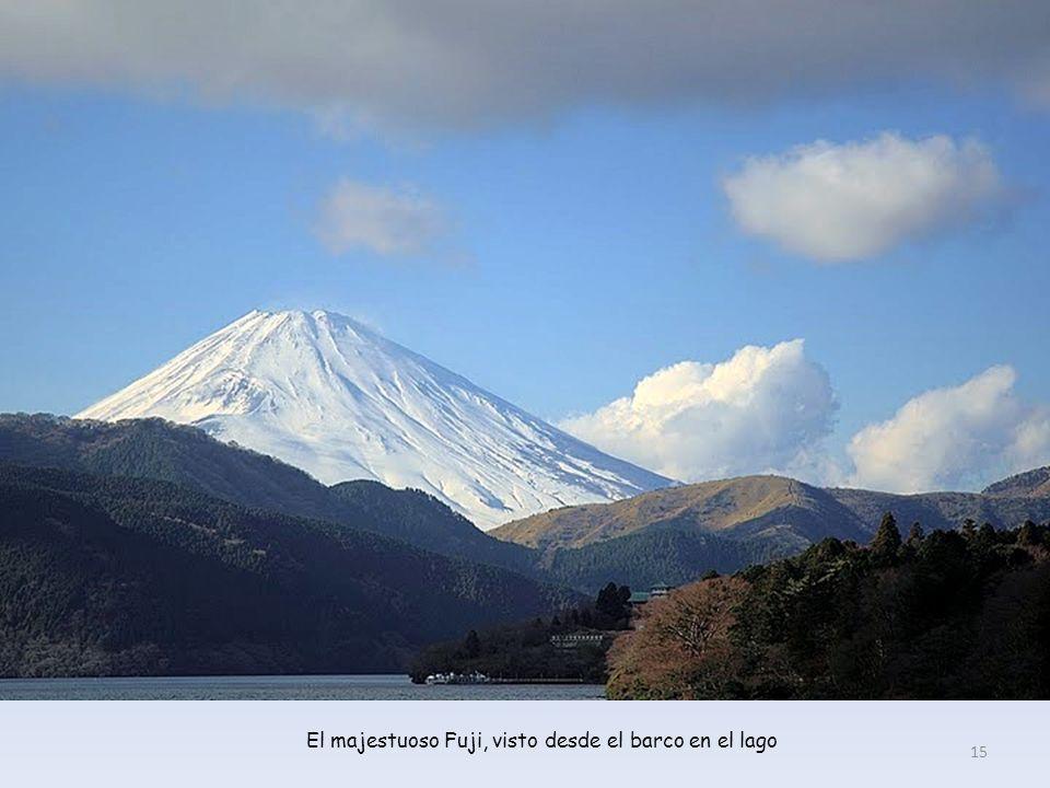 El majestuoso Fuji, visto desde el barco en el lago