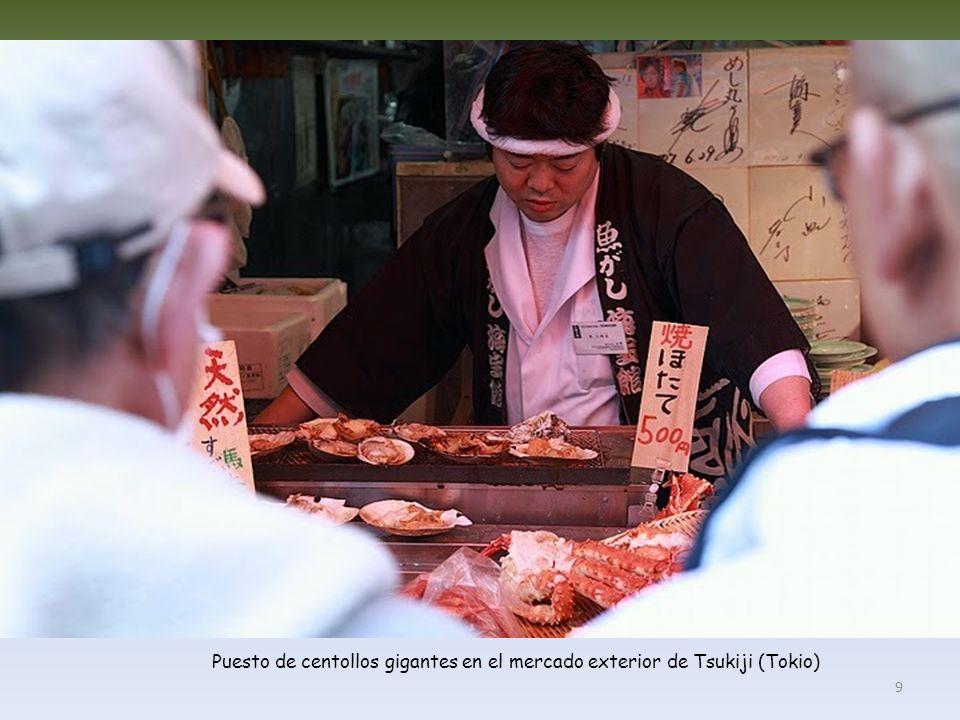 Puesto de centollos gigantes en el mercado exterior de Tsukiji (Tokio)