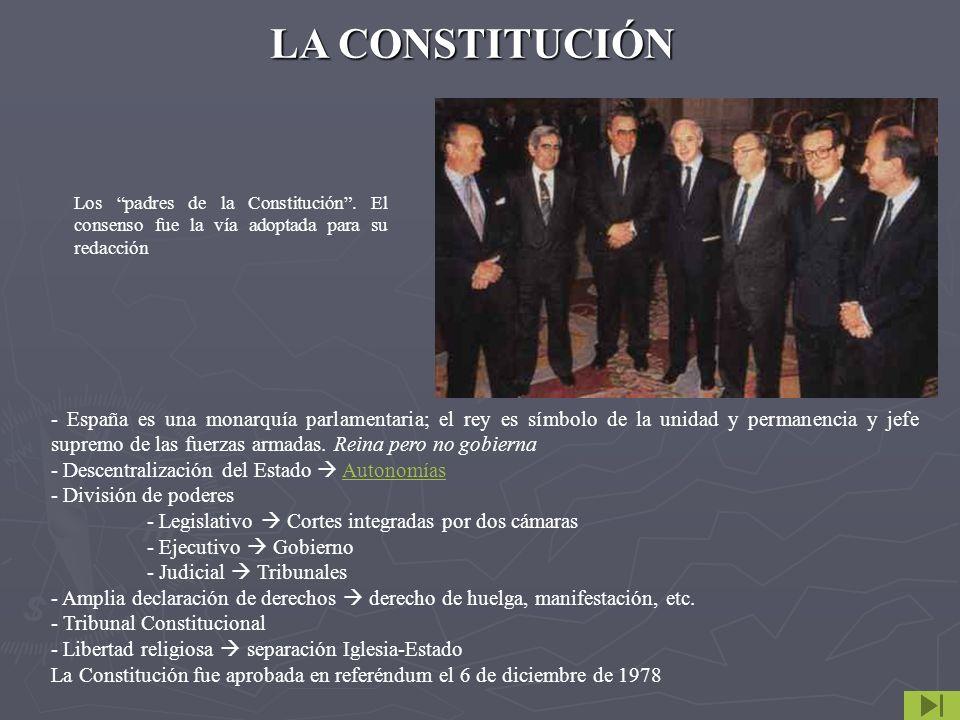 LA CONSTITUCIÓN Los padres de la Constitución . El consenso fue la vía adoptada para su redacción.