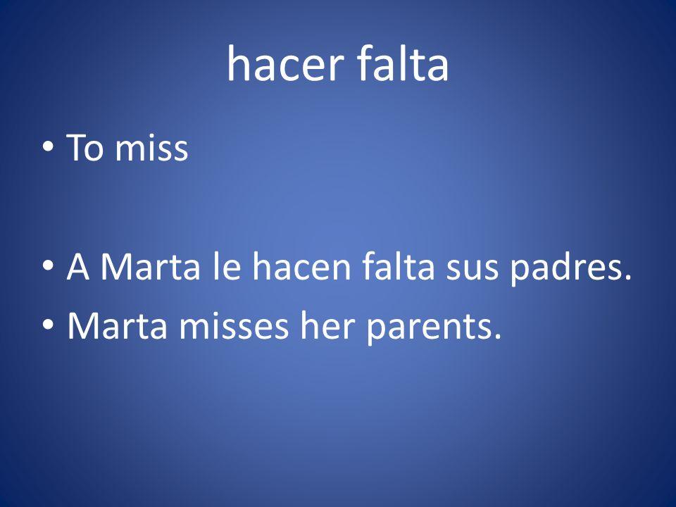 A Marta le hacen falta sus padres. Marta misses her parents.