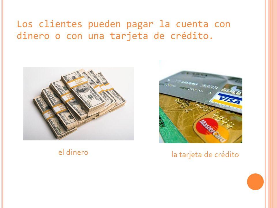 Los clientes pueden pagar la cuenta con dinero o con una tarjeta de crédito.