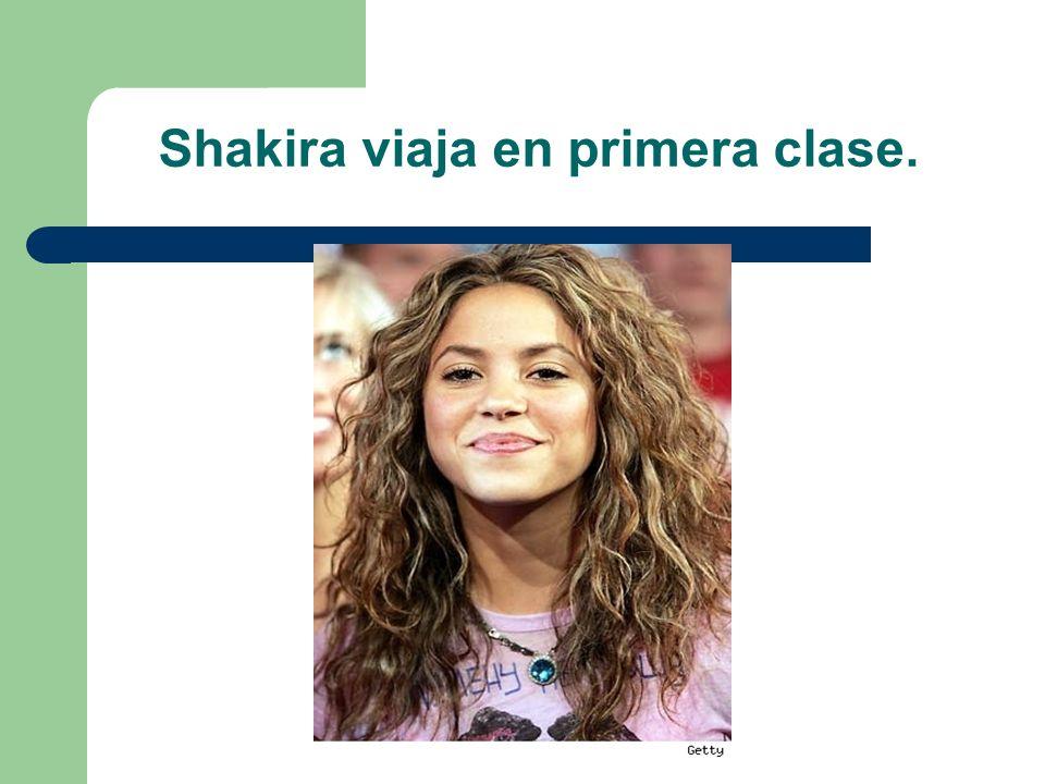 Shakira viaja en primera clase.