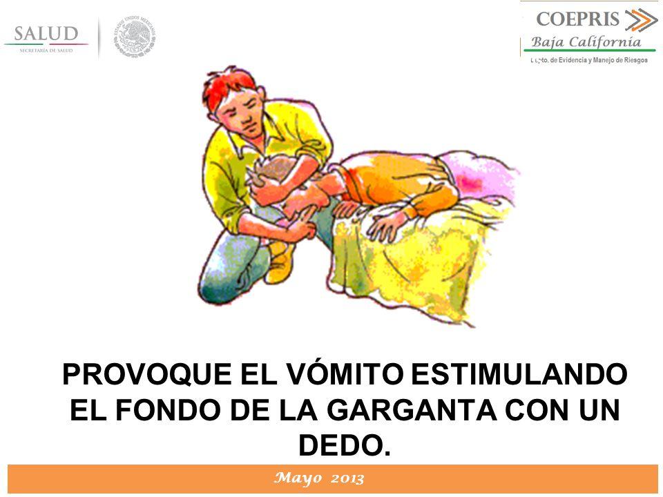 PROVOQUE EL VÓMITO ESTIMULANDO EL FONDO DE LA GARGANTA CON UN DEDO.