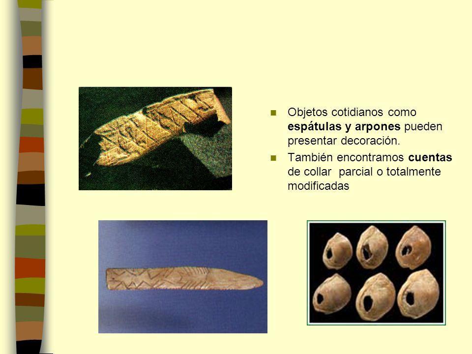 Objetos cotidianos como espátulas y arpones pueden presentar decoración.