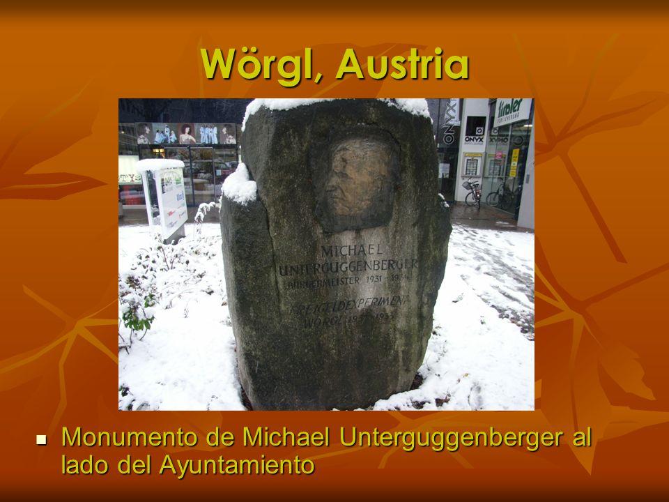 Wörgl, Austria Monumento de Michael Unterguggenberger al lado del Ayuntamiento