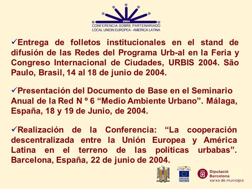 Entrega de folletos institucionales en el stand de difusión de las Redes del Programa Urb-al en la Feria y Congreso Internacional de Ciudades, URBIS 2004. São Paulo, Brasil, 14 al 18 de junio de 2004.