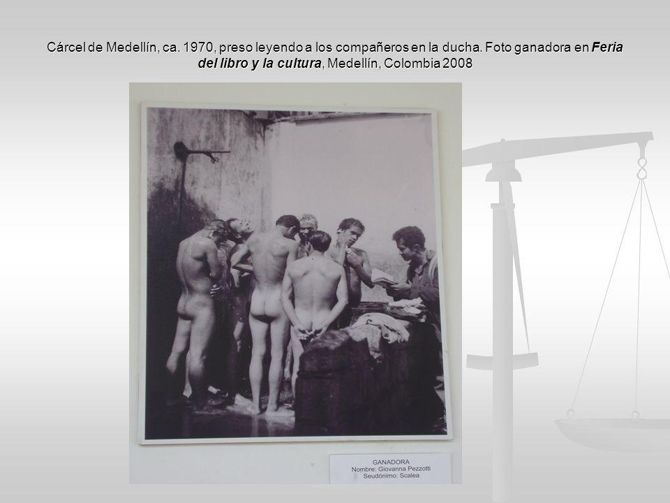 Cárcel de Medellín, ca. 1970, preso leyendo a los compañeros en la ducha.