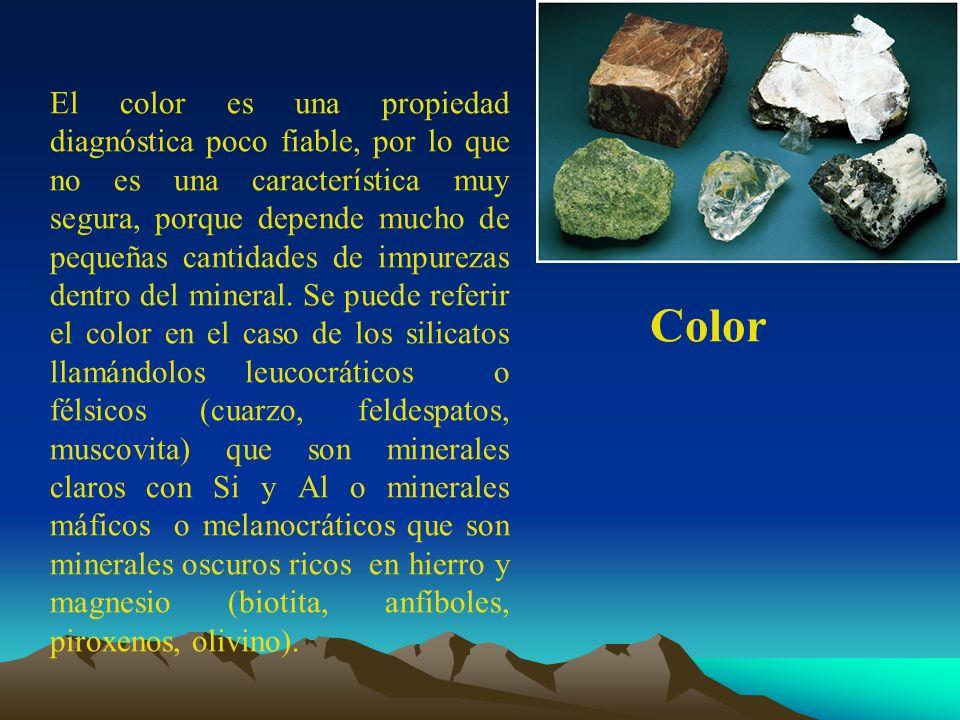 El color es una propiedad diagnóstica poco fiable, por lo que no es una característica muy segura, porque depende mucho de pequeñas cantidades de impurezas dentro del mineral. Se puede referir el color en el caso de los silicatos llamándolos leucocráticos o félsicos (cuarzo, feldespatos, muscovita) que son minerales claros con Si y Al o minerales máficos o melanocráticos que son minerales oscuros ricos en hierro y magnesio (biotita, anfíboles, piroxenos, olivino).