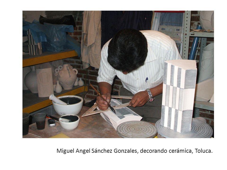 Miguel Angel Sánchez Gonzales, decorando cerámica, Toluca.