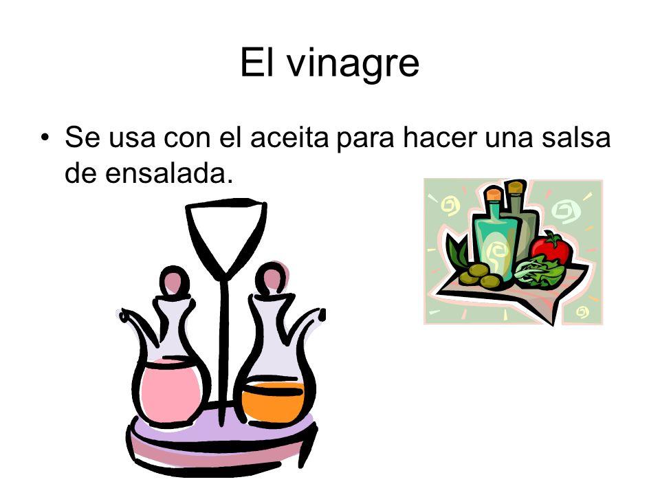 El vinagre Se usa con el aceita para hacer una salsa de ensalada.