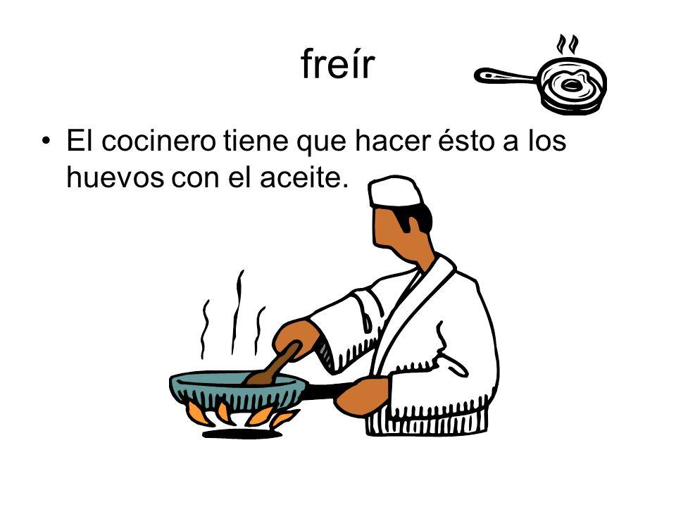 freír El cocinero tiene que hacer ésto a los huevos con el aceite.