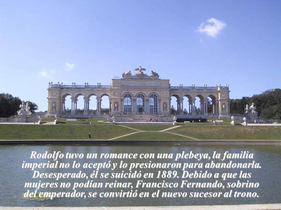 Rodolfo tuvo un romance con una plebeya, la familia imperial no lo aceptó y lo presionaron para abandonarla.