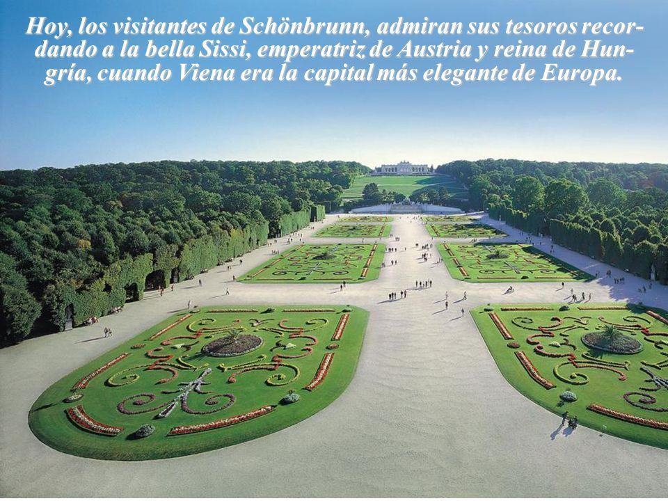 Hoy, los visitantes de Schönbrunn, admiran sus tesoros recor-dando a la bella Sissi, emperatriz de Austria y reina de Hun-gría, cuando Viena era la capital más elegante de Europa.