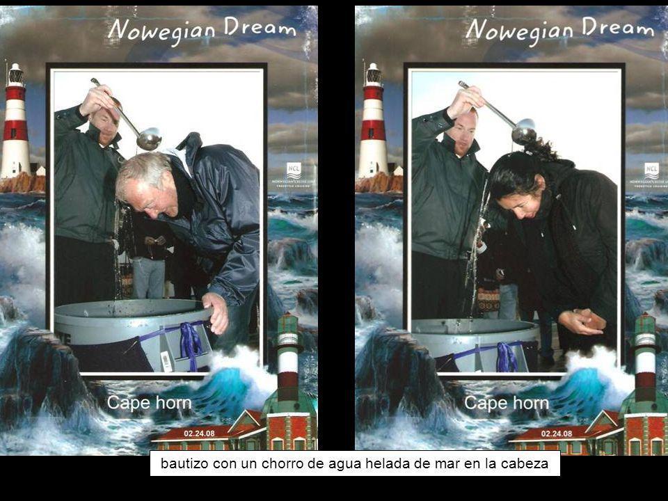 bautizo con un chorro de agua helada de mar en la cabeza