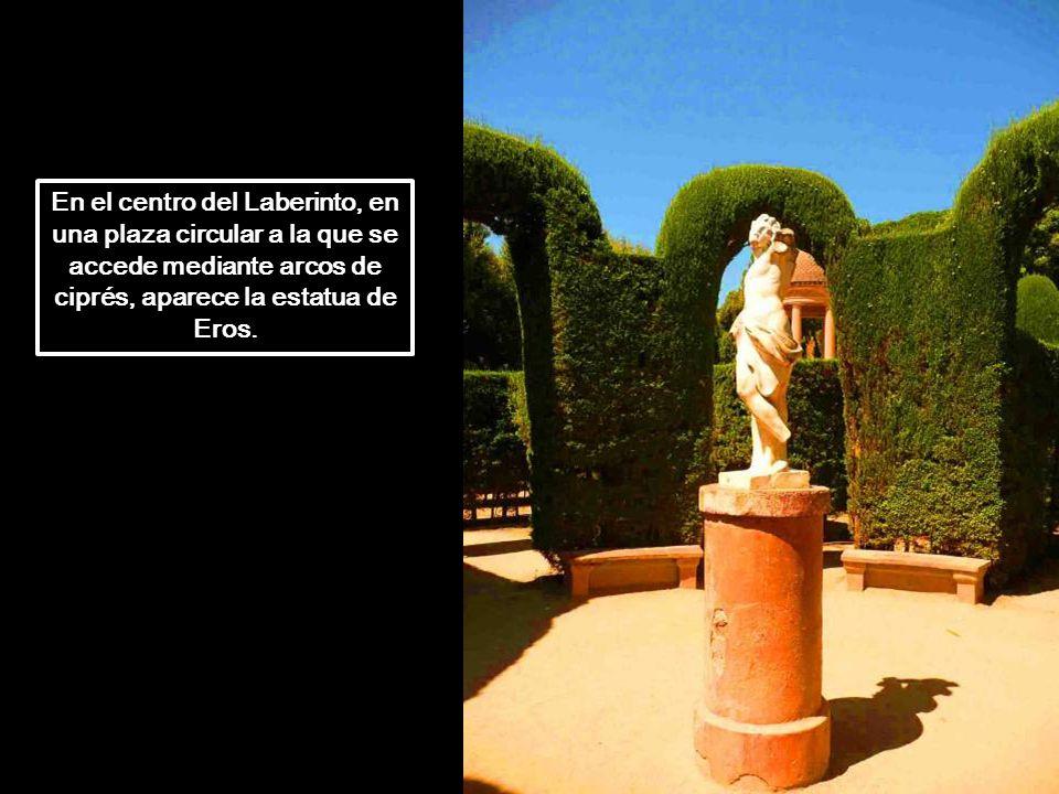 En el centro del Laberinto, en una plaza circular a la que se accede mediante arcos de ciprés, aparece la estatua de Eros.