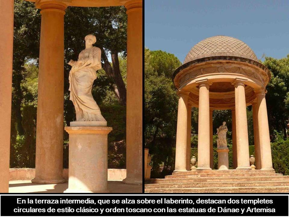 En la terraza intermedia, que se alza sobre el laberinto, destacan dos templetes circulares de estilo clásico y orden toscano con las estatuas de Dánae y Artemisa