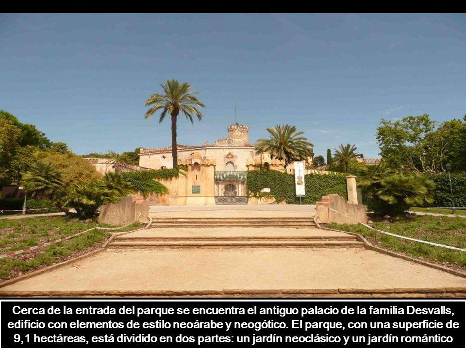 Cerca de la entrada del parque se encuentra el antiguo palacio de la familia Desvalls, edificio con elementos de estilo neoárabe y neogótico.