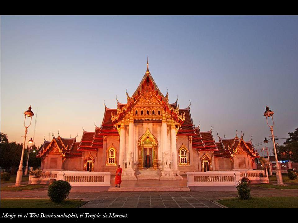 Monje en el Wat Benchamabophit, el Templo de Mármol.