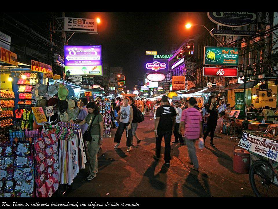Kao Shan, la calle más internacional, con viajeros de todo el mundo.