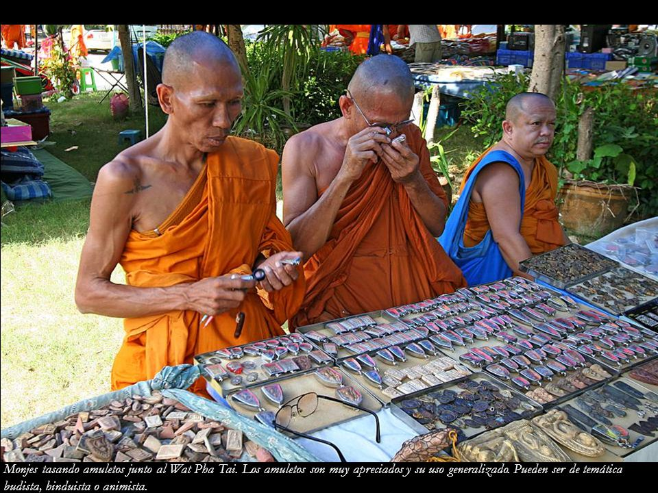 Monjes tasando amuletos junto al Wat Pha Tai