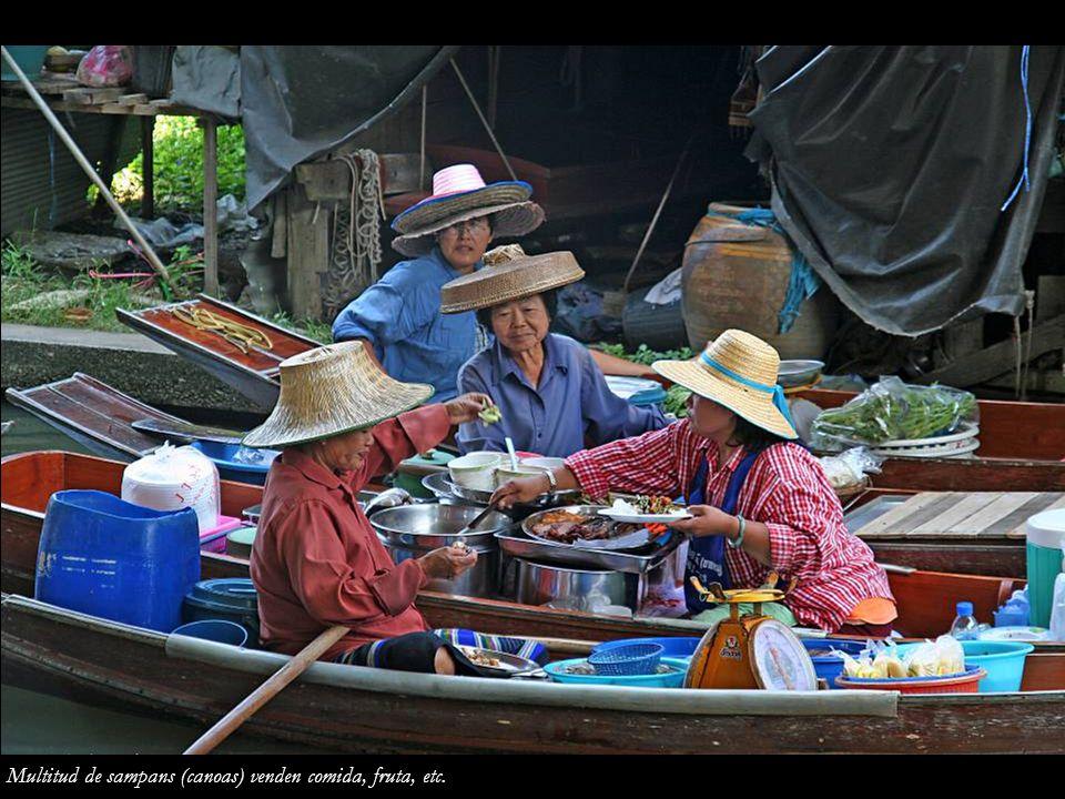 Multitud de sampans (canoas) venden comida, fruta, etc.