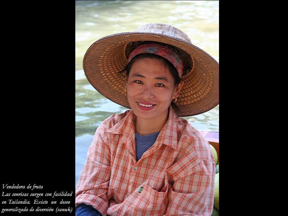 Vendedora de fruta Las sonrisas surgen con facilidad.