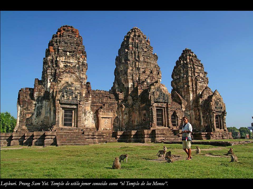 Lopburi. Prang Sam Yot. Templo de estilo jemer conocido como el Templo de los Monos .