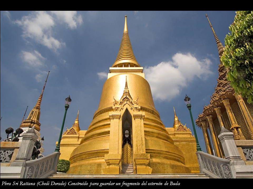 Phra Sri Rattana (Chedi Dorado) Construído para guardar un fragmento del esternón de Buda