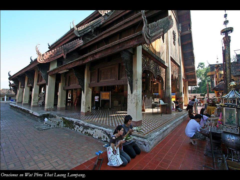 Oraciones en Wat Phra That Luang Lampang.