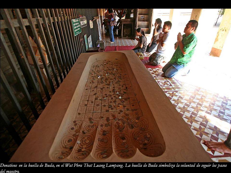 Donativos en la huella de Buda, en el Wat Phra That Luang Lampang