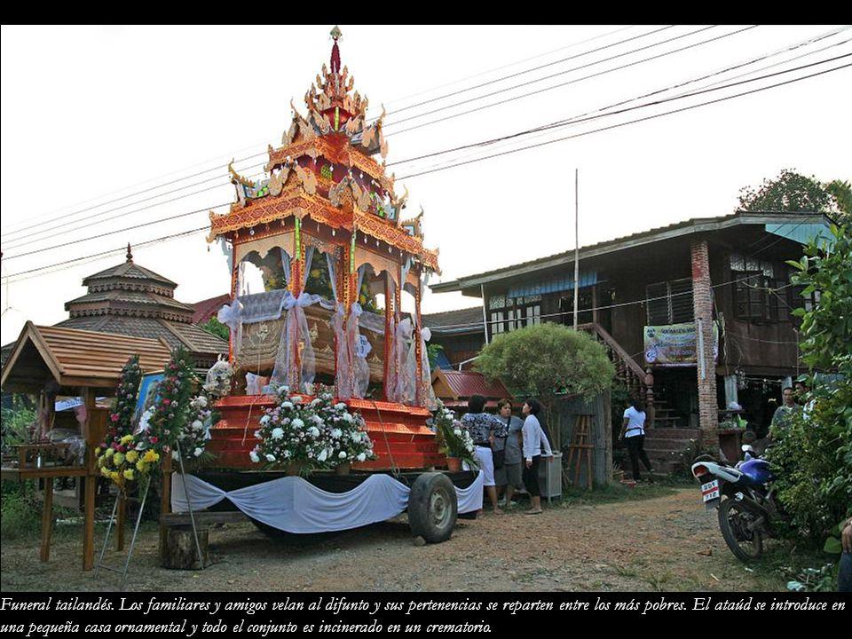 Funeral tailandés. Los familiares y amigos velan al difunto y sus pertenencias se reparten entre los más pobres. El ataúd se introduce en