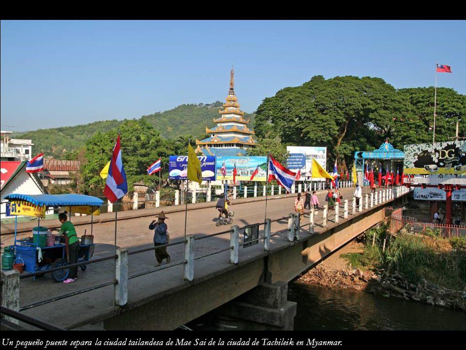 Un pequeño puente separa la ciudad tailandesa de Mae Sai de la ciudad de Tachileik en Myanmar.