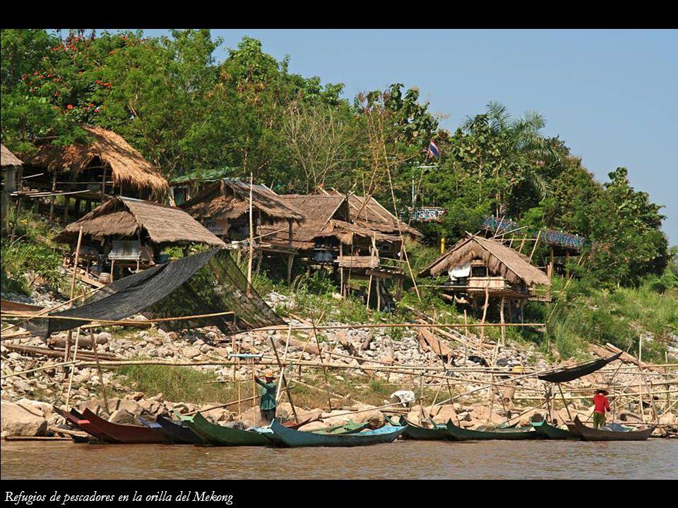 Refugios de pescadores en la orilla del Mekong