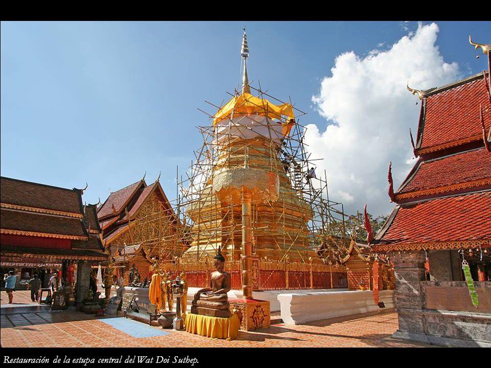 Restauración de la estupa central del Wat Doi Suthep.