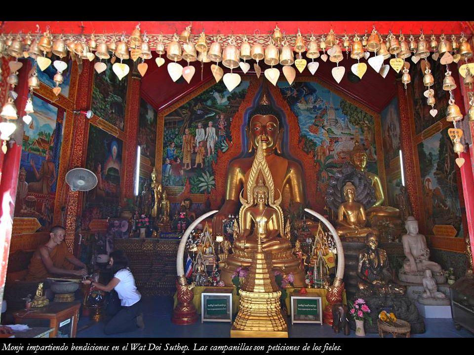 Monje impartiendo bendiciones en el Wat Doi Suthep